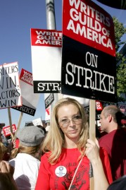 Lisa Kudrow supporting the writers strike, 2008 in pictures, celebrity photos, Marie Claire