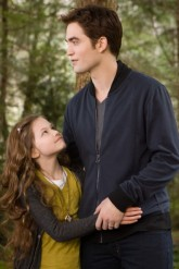 Robert Pattinson & Makenzie Foy in Twilight Breaking Dawn: Part 2