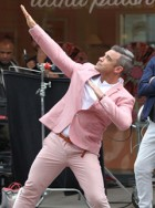 Robbie Williams does the bolt and the mobot