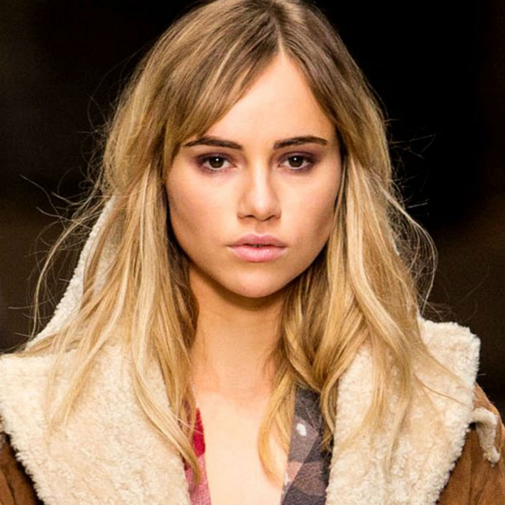 The 25-year old daughter of father Norman Waterhouse and mother(?), 177 cm tall Suki Waterhouse in 2017 photo