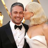 lady-gaga-taylor-kinney-couple-photo-kissing